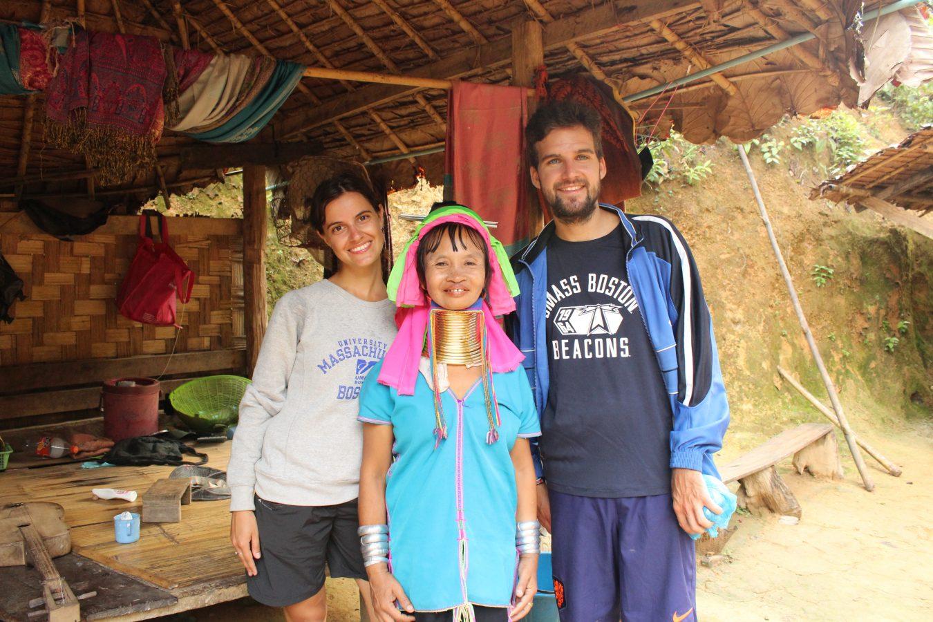 Con la donna della tribù dei Karen