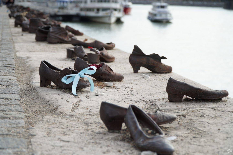 Scarpe sulla riva del danubio dove sono